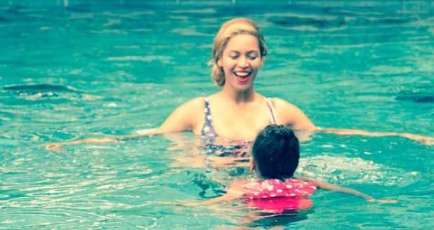 Beyonce and Blue Ivy swmiing