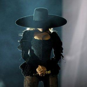 Beyonce wearing a big rimmed black hat
