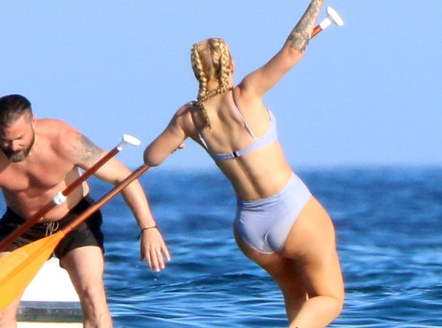 Iggy Azalea falling off the paddleboard
